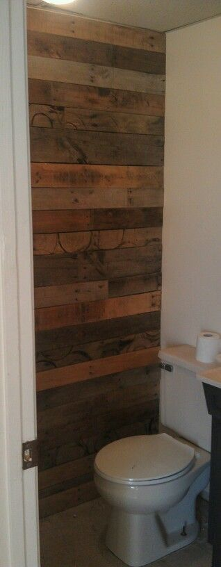 Pallet wall to add character in a small bathroom