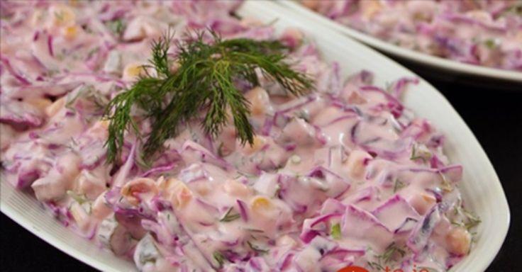 Lehký a chutný salát z červeného zelí, který se dokonale hodí asi ke každému hlavnímu jídlu. Není vůbec těžký, díky jogurtové zálivce, která se hodí i do diety. Určitě zkuste. Ne stále musí být v salátu majonéza nebo tatarská omáčka. Pokud však nemáte rádi bílý jogurt, zkuste například použít i zakysanou smetanu. I s ní bude salát příjemně chutný a svěží.