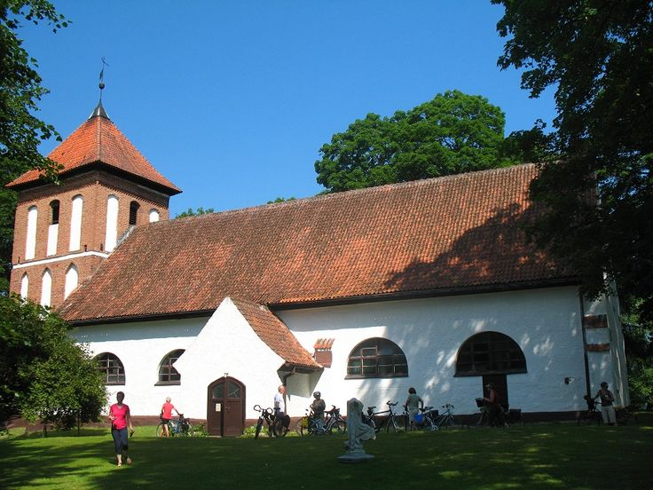 Kościół ewangelicki w Sorkwitach leży nad południowym brzegiem jeziora Gielądzkiego.  www.it.mragowo.pl