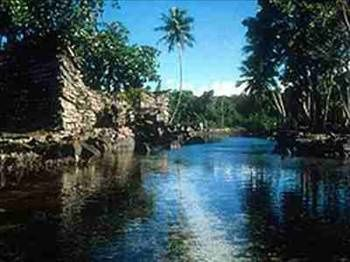 1000 Yılda Yapılan Kent Pasifik Okyanusu'ndaki Mikronezya adası yakınlarına kurulu antik Nan Madol kentinin inşası, M.Ö 200'de başladı ve 1000 yıl sürdü. 250 milyon tonluk dev bazalt bloklar kullanılarak yapılan bu kent, 100 yapay adayı kanallarla birbirine bağlıyor. Bu kadar bazaltın bölgeye nasıl getirildiği ise hala sır.  Azim bu olsa gerek ..