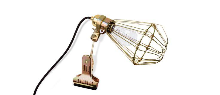 Hey There Hi Work Lamp de Luxefinns nu i produktion, men under ett annat varumärke än Hay. Främre delen öppnas upp likt en blomma för byte av glödlampa. Lika vacker öppen som stängd enligt oss.