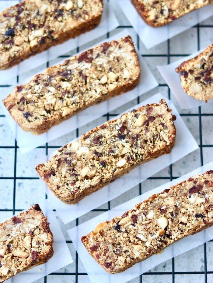ee16c6112 Essa Barrinha de Cereal Vegana de Amendoim e Nibs de Cacau é uma ótima  opção de