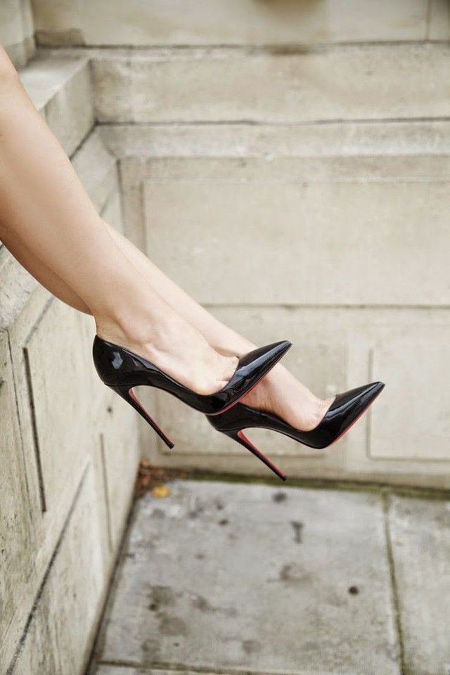 Black patent pointed toe pumps. Christian Louboutin. Tacchi Close-Up #Shoes #Tacones #Heels