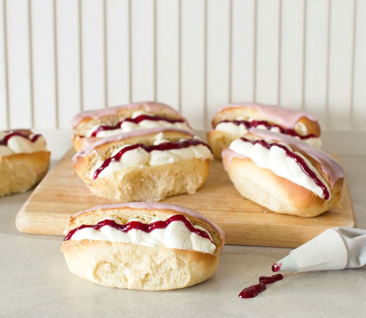 The Kiwi Cook | Iced Raspberry Cream Buns | http://thekiwicook.com
