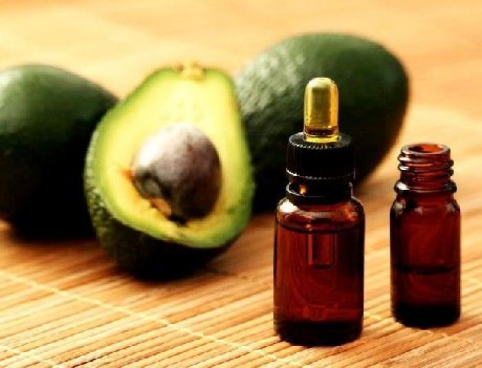 Grâce à leur richesse incomparable en acides gras essentiels, les huiles végétales pures sont idéales pour hydrater les peaux sèches. Parmi la gamme de ces huiles végétales, l'huile d'avocat est particulièrement recommandée pour les peaux très sèches et les zones sensibles. par Audrey