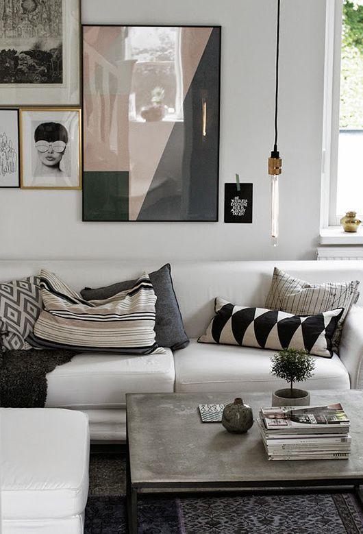 Un salon avec une galerie d'affiche sur le mur