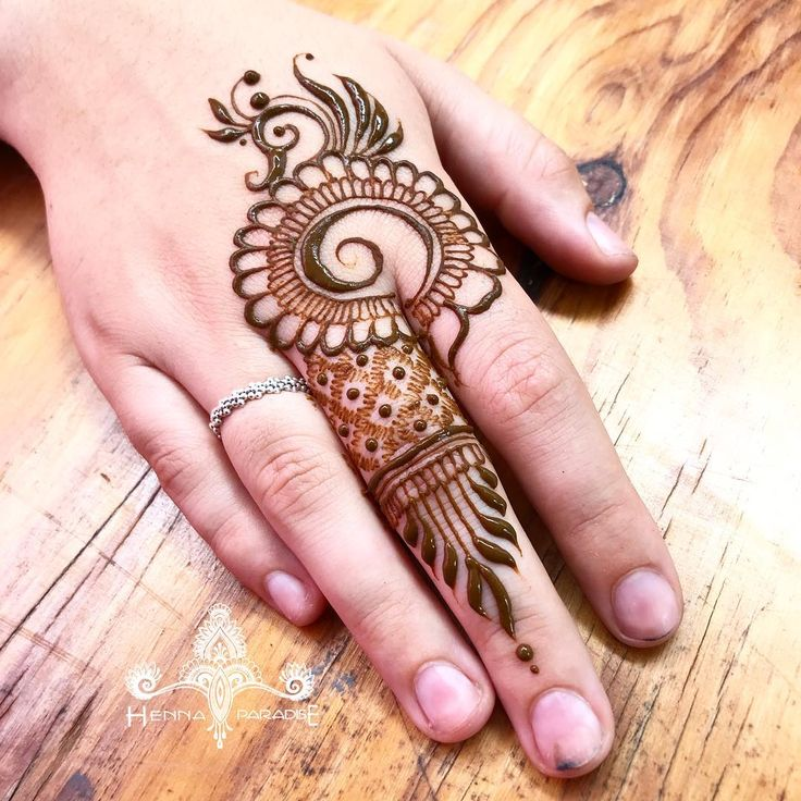 I love the way this one turned out aswell. I always feel simple designs are much harder to convince the eye than an intricate one. So precision is the key #henna #hennaparadise #hennabrisbane #hennaart #mehndi #mehendi #mehndibrisbane #hennatattoo