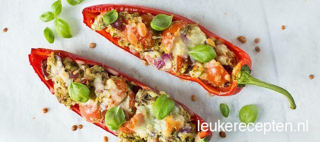 VOORGERECHT/LUNCH - 15 MIN + 15 OVENTIJD - 4 STUKS *  Lekkere gevulde puntpaprika's met tomaatjes, parmaham, knoflook en een romige pestosaus