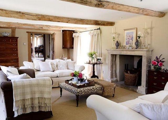 Trend wohnzimmer landhausstil gestalten steinkamin sichtbarre dachsparren