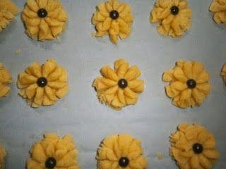 Cara Membuat Resep Kue kering Semprit Mawar Renyah  500 gr tepung terigu 150 gr tepung maizena 400 gr mentega........
