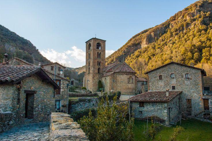 Un pequeño pueblo del Prepririneo enAlta Garrotxa (Pirineo…