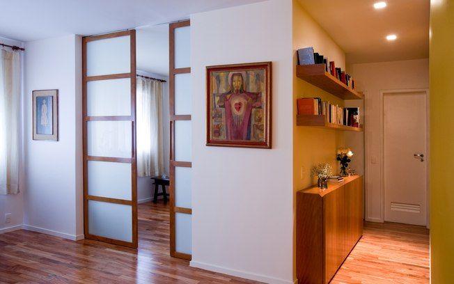 O corredor pode ser mais do que simples área de passagem. Aproveite para instalar estantes estreitas para armazenar os livros