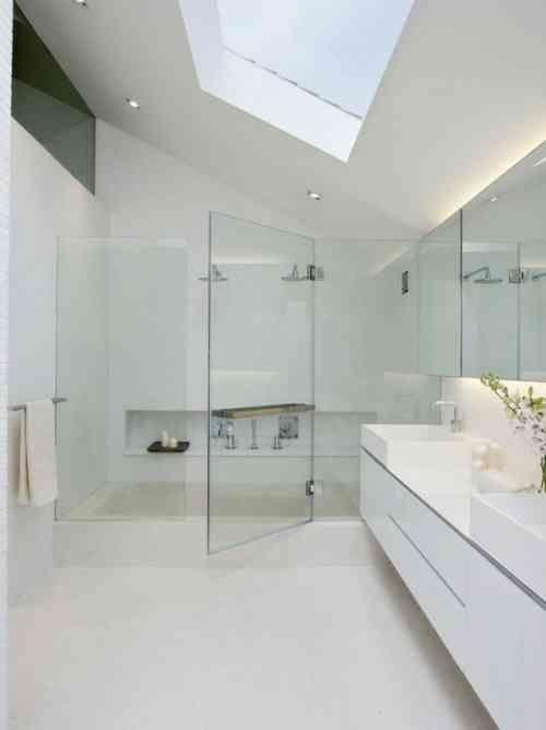 salle de bains simple, blanche avec douche cabine en verre
