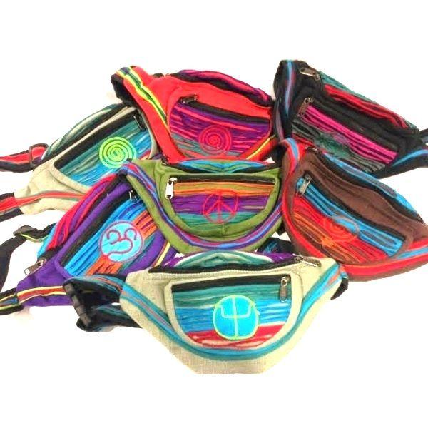 Riñonera hippie de tejido de algodón grueso combinada con tejidos de algodón mas finos y coloridos estilo patchwork. LLeva tres apartados con cierres de cremallera. La tira es ajustable mediante mosquetones plásticos. Hecha a mano en Nepal. Son todas diferentes, para elegir un modelo exacto al de la imagen, selecciona el color y puedes indicarnos mediante un mensaje si prefieres el Modelo 1, o el Modelo 2. Medidas aproximadas: 30 x 17 cm