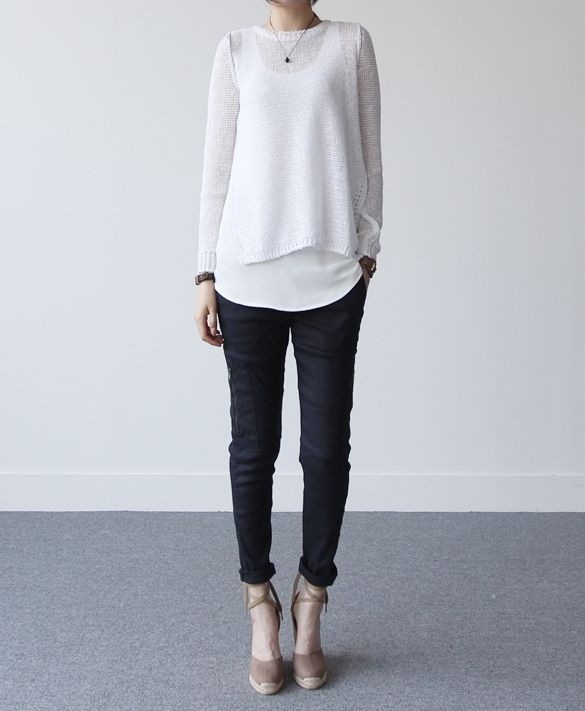 Sobreposição de branco com jeans sequinho. Salto no pé para quem gosta ou sapatilha para quem prefere conforto.