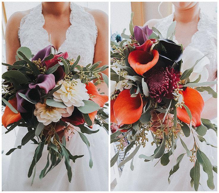 Ein Brautstrauß mit orange-, lila-, schwarz- und weißfarbener Calla, Dahlien, Chrysanthemen und Eukalyptus.