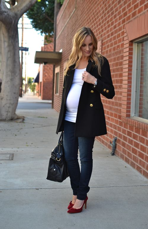 Another nice, simple look that hides the fact that she prob can't close the coat over her belly. And good evidence that you can buy inexpensive maternity basics, well-fitting maternity jeans (I will assume they exist) to wear with your fab shoes, coats, and pre-preggo clothes.