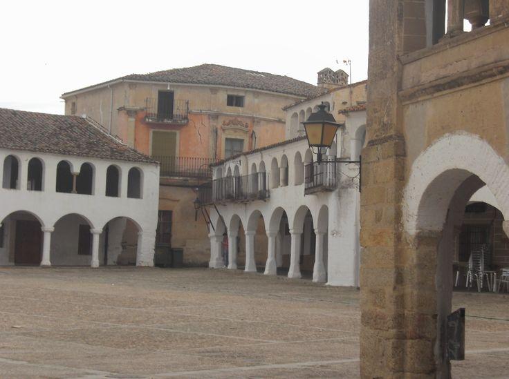 La Plaza de Garrovillas es posiblemente la más bonita de España. En el mes de Agosto se celebran en ella las fiestas del toro de Garrovillas.