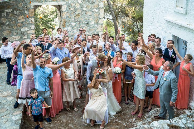 Groop photo - throwing the rice - happy moments #chapelwedding #weddinginkefalonia #mythosweddings