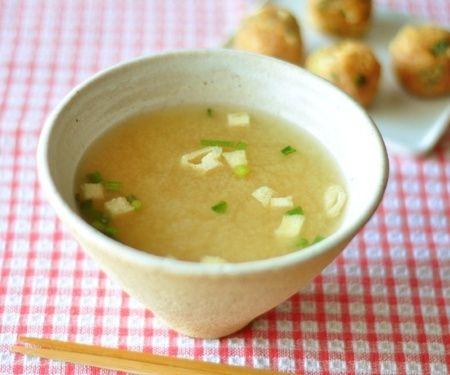 お弁当作りを始める方が多くなる4月。一緒に温かいお味噌汁があると、心がホッとなごみませんか?お弁当のお供には、作り置きができて、持ち運びも簡単な「味噌玉」が便利です。お味噌にだしと具を入れて丸めた味噌玉を、会社のマグカップに入れてお湯を注げば、あっと…