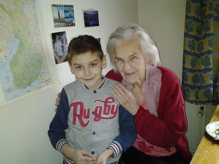 Vasily 8v ja Laila 96v, yhteinen poseeraus. Laila haastatteli Vasilya ja kirjoitti tiedot ylös. Lailalla on paljon kokemusta lapsista kun hänellä on iso perhe itselläänkin.