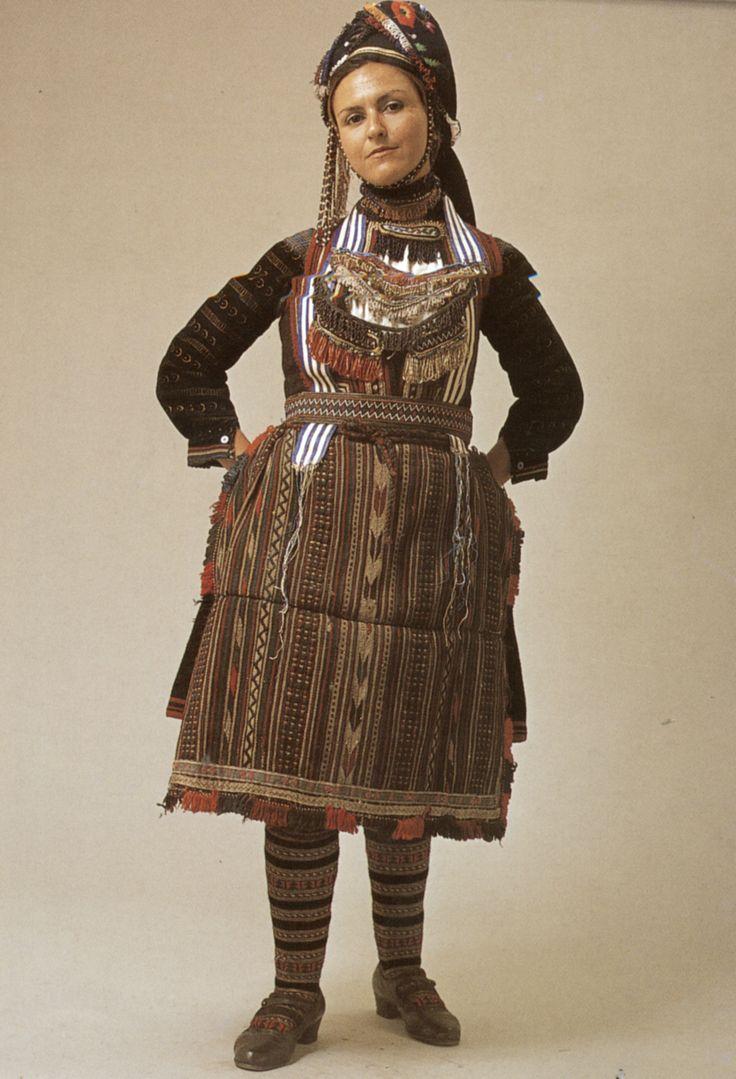 Toujours pour le systeme de coiffe (facon et localisation centrale de la superposition de foulards)  rosotsani, Drama, the woman's Vlach festive costume version. - early 20t h