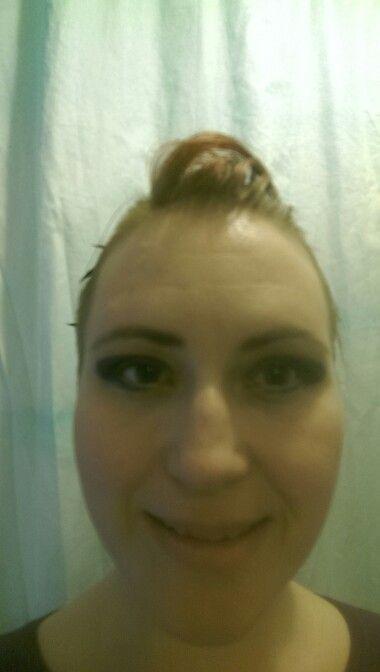 Wenkbrauweb netjes en groene oogpotlood onder. Met goude oogschaduw geblend