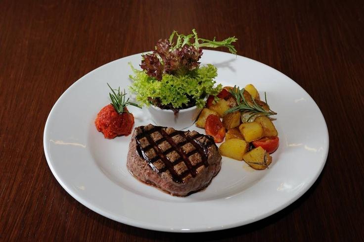 Il Filé --- Izgara bufala filetosu, fırınlanmış patates ve güneşte kurutulmuş domates püresi ile -- Grilled buffalo filet with baked potatoes and sun dried tomato paste