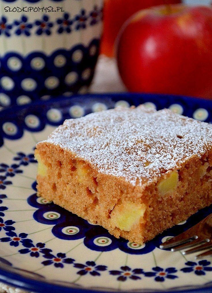 Szybkie ciasto z jabłkami to pyszne, mięciutkie i wilgotne ciasto pachnące jabłkami z cynamonem :). Najważniejszym atutem tego ciasta jest brak użycia miksera. Wszystkie składniki mieszamy wyłącznie rózgą kuchenną!
