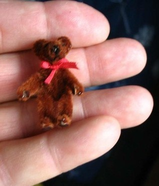 Ok. This tutorial is in French, but it's too cute to pass up. Adorable little fuzzy bear made out of a pipe cleaner and tiny bow!