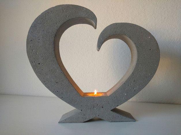Beton Giessform - Stehendes HERZ Höhe: 30 cm Breite: 30,5 cm Tiefe: ca. 6 cm Wunschgrößen bitte auf Anfrage! In die gerade Seite des Herzchens kann wunderbar ein Teelicht eingearbeitet...