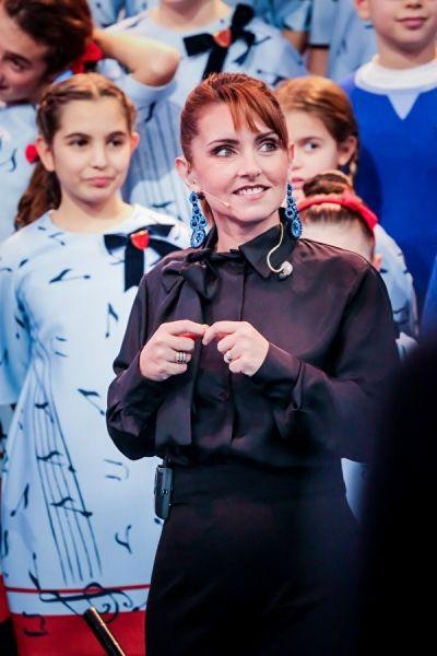 """Sabrina Simoni,direttrice del Piccolo Coro """"Mariele Ventre"""" dell'Antoniano di Bologna, indossa laviniaturra. Camicia di seta e pantalone palazzo A/I 2013-14."""