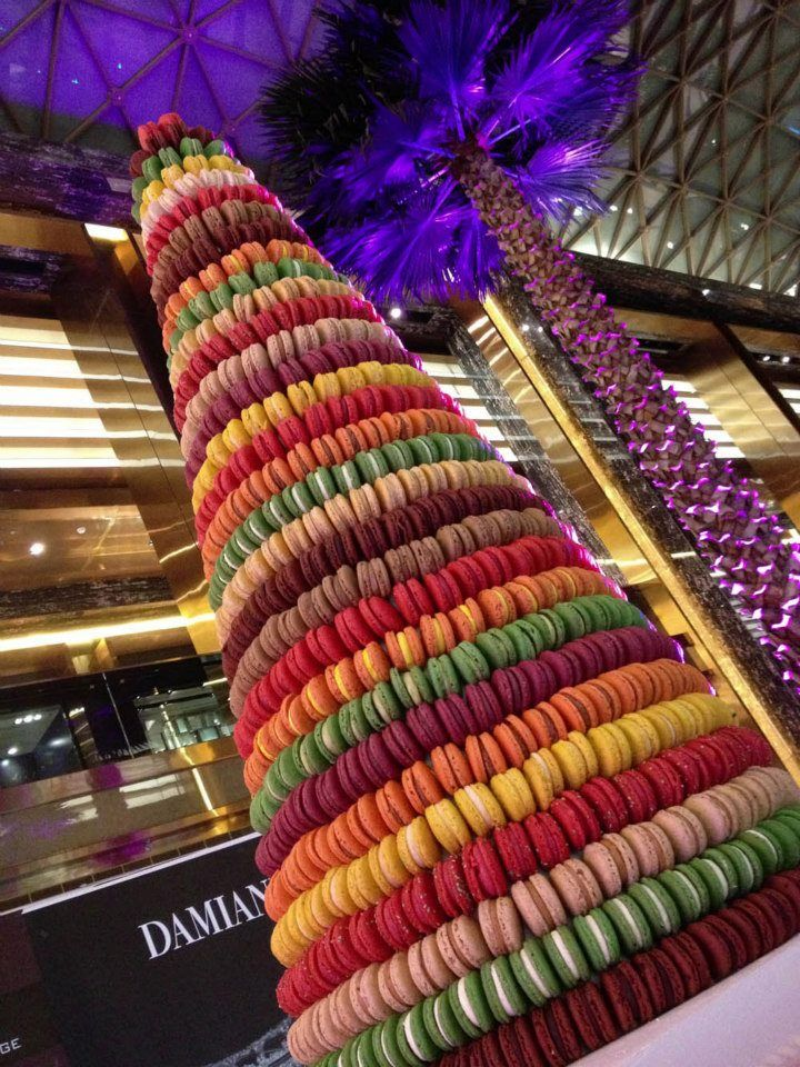 Fauchon,  en Kuwait - please tell me that is a fake statue...