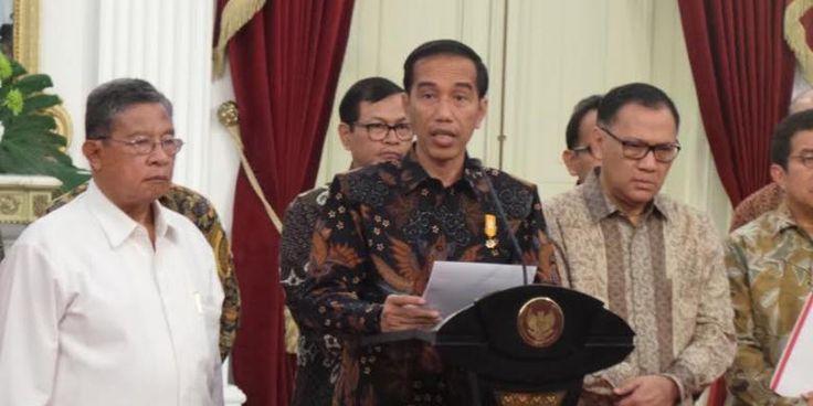 #DPR #Jokowi Presiden Joko Widodo menolak usulan politisi Partai Demokrasi Indonesia Perjuangan untuk menaikkan gaji dan tunjangan presiden. Ia merasa tidak etis bila hal itu disampaikan di tengah kondisi perekonomian yang tengah lesu sekarang ini. Ha-ha-ha. Jangan aneh-aneh. Lah wong ekonomi melambat kayak gini, malu bicara gaji, tunjangan, kata #Jokowi di Istana Merdeka, Jakarta, Kamis (17/9/2015). Jokowi merasa tidak memerlukan kenaikan gaji d