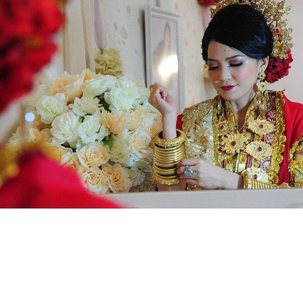 .@riskaanton | #MAPPACCI #red #bajubodo #adat #bugis #buginese #bangle #mirror #love #weddin... | Webstagram