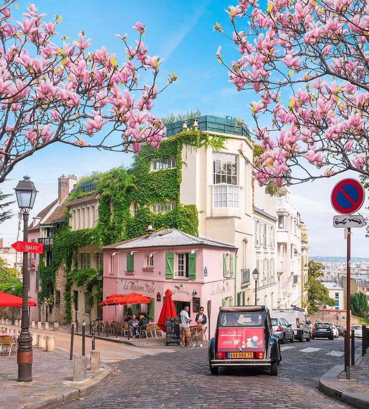Good morning #Paris! Today is a bank holiday in France, the best moment to enjoy spring in Montmartre's empty streets  #fsparis #fourseasons #montmartre #parisjetaime #springinparis #spring #montmartreparis #parisisalwaysagoodidea  @saaggo