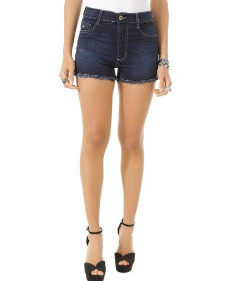 Short confeccionado em jeans com elastano. A modelagem hot pant tem a cintura alta e o comprimento curto. A parte frontal tem dois bolsos decorativos enquanto a parte posterior tem dois aplicados. O cós tem passantes e fechamento por botão e zíper. A barra é desfiada.  Para finalizar o look e arrasar combine com uma blusa estampada e salto alto!  Composição: 72% Algodão 26% Poliéster 2% Elastano  Modelo Veste: 38 Altura: 1,74m Busto: 75cm Cintura: 60cm Quadril: 89cm