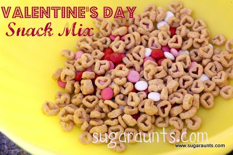 Easy Valentine's Day snack mix. Perfect for play dates, school parties, or a special after-school snack | By Sugar Aunts.