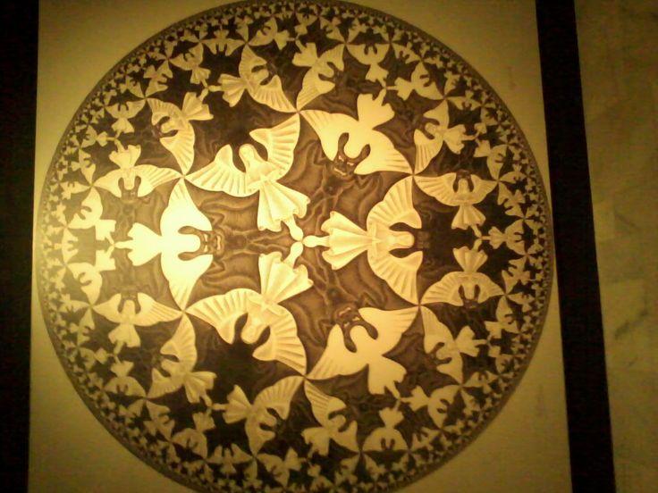 """Obra """"Anjos e Demônios"""" - este mosaico representa a figura de vários anjos e demônios entrelaçados formando o gigante painel, mostrando que o """"bem e o mal"""" andam lado a lado"""