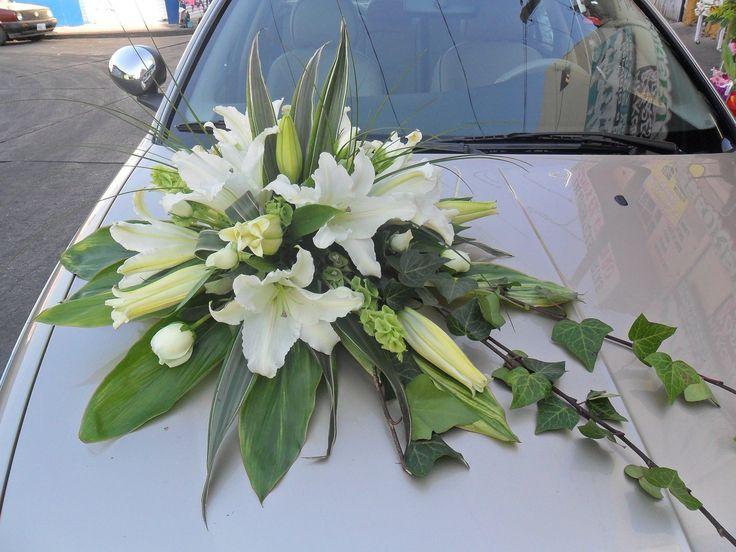 Arreglo floral para el #coche de los #novios con los #liliums como flor principal.  #boda