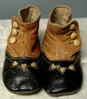 Tiny hearts, so sweet. There is ust something about vintage baby shoes <3