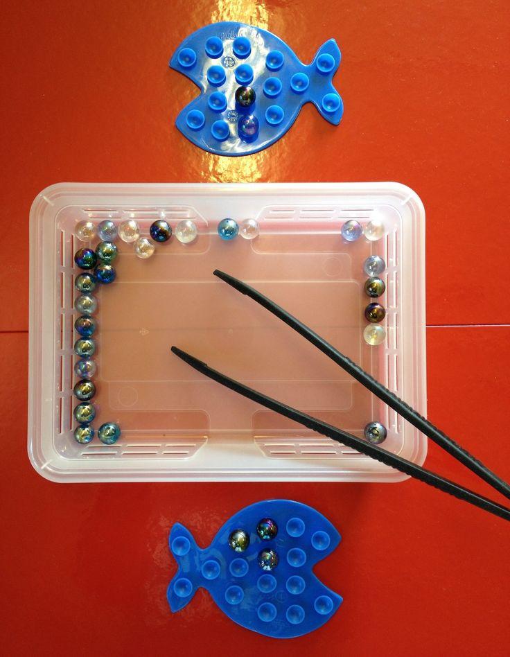 À l'aide des pinces mettre les billes dans les ventouses (poissons anti-glisse…