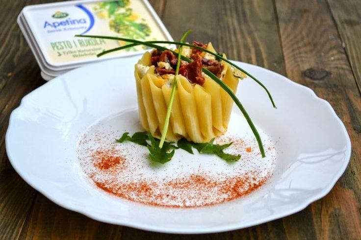 Quiche z Serkiem, Pomidorami Suszonymi i Rukolą Podane w Koszyczkach Makronowych