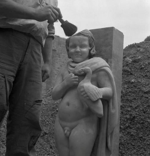 I.9.3 Pompeii. 1952. Room 6. Garden area, north portico. Statue of small boy with dove found during the excavation in 1952. Photograph courtesy of Soprintendenza Speciale per i Beni Archeologici di Napoli e Pompei.