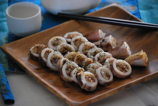 Calamares, cebolla confitada y arroz japonés