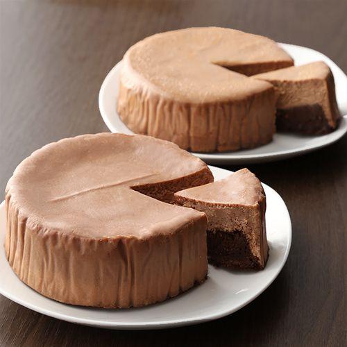 上層は味わう度に深みを増すまろやかチョコチーズケーキ。下層のコク深く程よい苦みのガトーショコラは小麦粉を使用せず濃厚且つしっとりとした味わいが特徴。2層が鮮やかに彩る、繊細ながら力強いあじわいをじっくりとお楽しみください。※ご家庭の冷蔵庫で3~5時間解凍をしていただき、お好きな大きさにカットしていただきお召し上がりください。