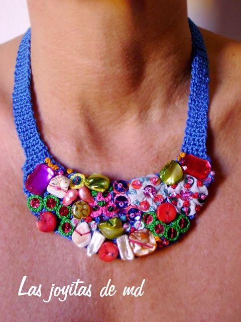 b49e2196926c Collar babero de croché en color azul. Cosido a mano sobre él  yoyos de  tela bordados