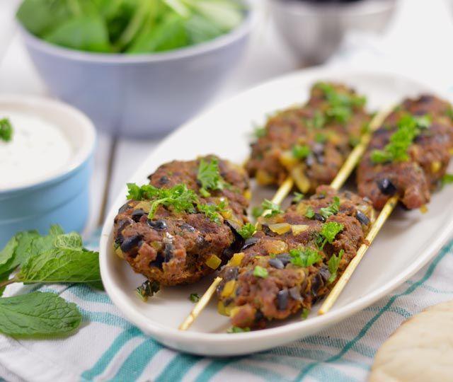 Arabisch gekruide gehaktspiesjes van de grill. Goed gekruid met Ras el Hanout en ontzettend makkelijk om te maken. Binnen een half uur klaar! Bekijk snel het recept.