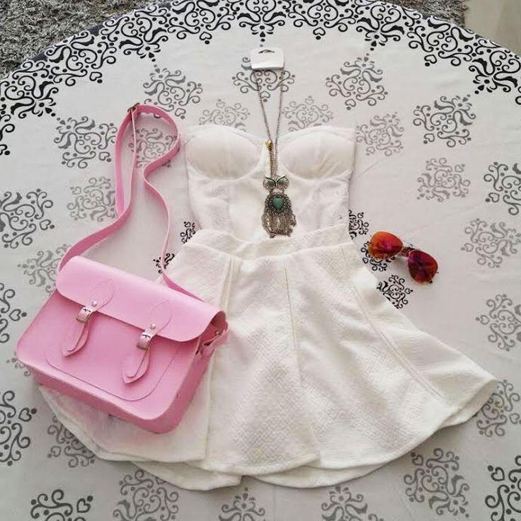 Look Branco, saia rodada godê  branca com tomara que caia branco com bojo, colar com pedraria e óculos aviador espelhado vermelho, bolsa satchel feminina Mônica Croisfelt® 11'' cor rosa chiclete, à venda na loja #ootd #moda #lookdodia #fashion