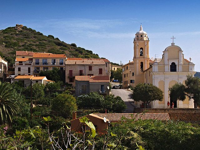 Région de Sevi in Fora ---- Église de l'Assomption de Cargèse Cargèse (Corse) - Le quartier au sud-ouest du village avec l'église Latine. Au sommet de la colline, un moulin ruiné